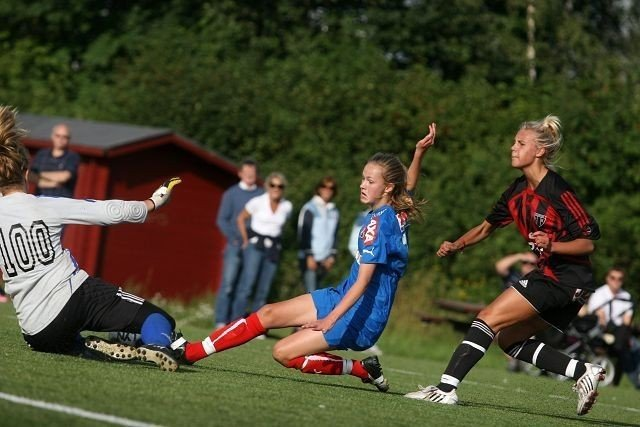 Plaget svenskene: Caroline Graham Hansen var stadig på farten i svenskenes forsvar.