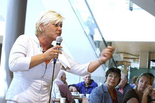 Frp-leder Siv Jensen besøkte flere steder i Groruddalen tirsdag. Her under talen på Linderud senter.
