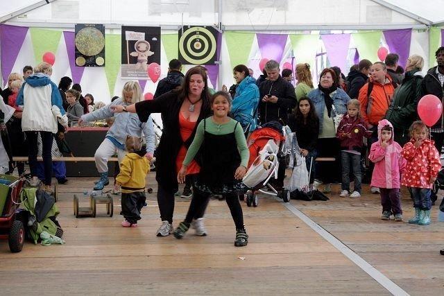 MORSOMT: Yeisi Veronika Nordlander Aquino danset med mamma Anna Karin på Mela festivalen lørdag. Foto: Mary Lou S. Taugbøl