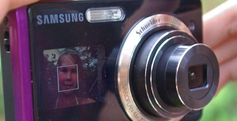 CHEESE: Med en 1,5 tommers skjerm på forsiden, blir det lettere for fotografen å bli med på bildet.
