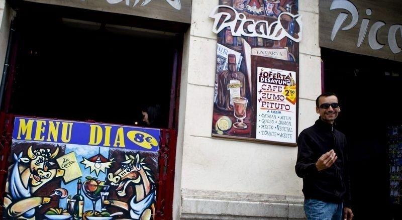 KOMMERS: Kafeen Picasso reklamerer for dagens meny med plakat i kubistisk stil. José Daniel Romero Goerra bor rett rundt hjørnet, og synes promoteringen av Picasso har kommet helt ut av proporsjoner. .