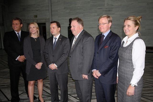 F.v Jøran Kallmyr (Frp), Sylvi Listhaug (Frp), Stian Berger Røsland (H), Bård Folke Fredriksen (H), Torger Ødegaard (H) og Kristin Vinje (H).