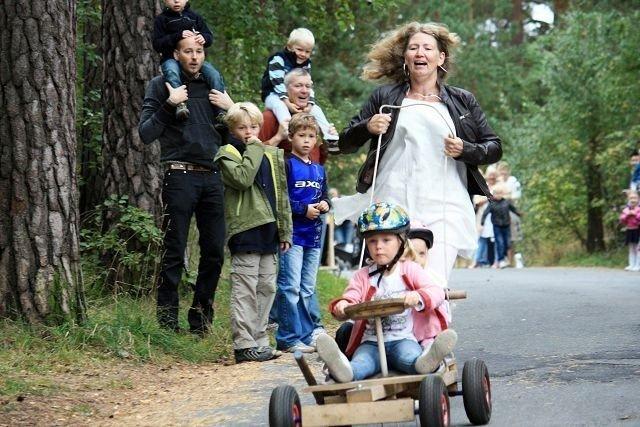 Siv Høihilder Heiene passer på så det ikke blir for stor fart for datteren Malin og venninnen hennes Bettina Bech.