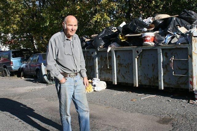 Odd Lorang Kerner etterlyser noen som tar ansvaret med å rydde opp i Verkseier Furulundsvei 45. FOTO: LINE RUNDMO