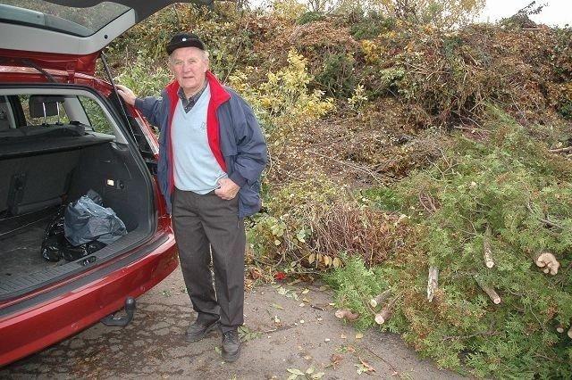 Gunnar Osland fra Voksen har nettopp tømt et nytt lass med hageavfall på gjenbruksstasjonen i Dalsveien på Smestad. – Perfekt beliggenhet og et veldig bra sted, mener han. FOTO: ALEXANDER SYNSTAD