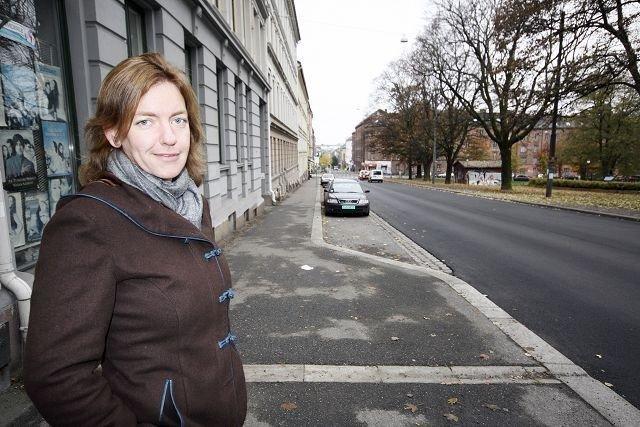 Ristingen saga blott: Sigrun Eng i Tøyengata 45 er glad for at kommunen endelig ser ut til å ha fjernet skjelvingen i gata. Foto: Lars Roar Rud