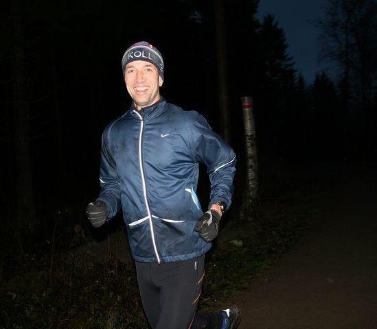 – Hele skigruppa gleder seg nok til at det blir lys på turveistrekningen fra Brekke til Hammern, sier Kolls skileder, Hans Hamran, som var ute på joggetur søndag kveld. Foto: Kristin Tufte Haga