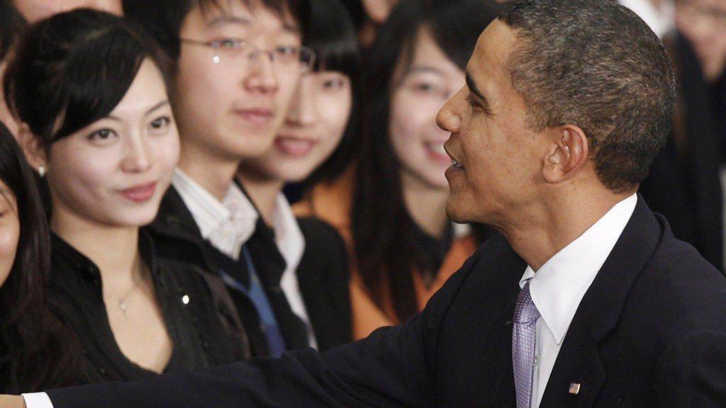 KJENDIS: President Barack Obama hilser på Wang Zifei etter sin tale til kinesiske studenter.