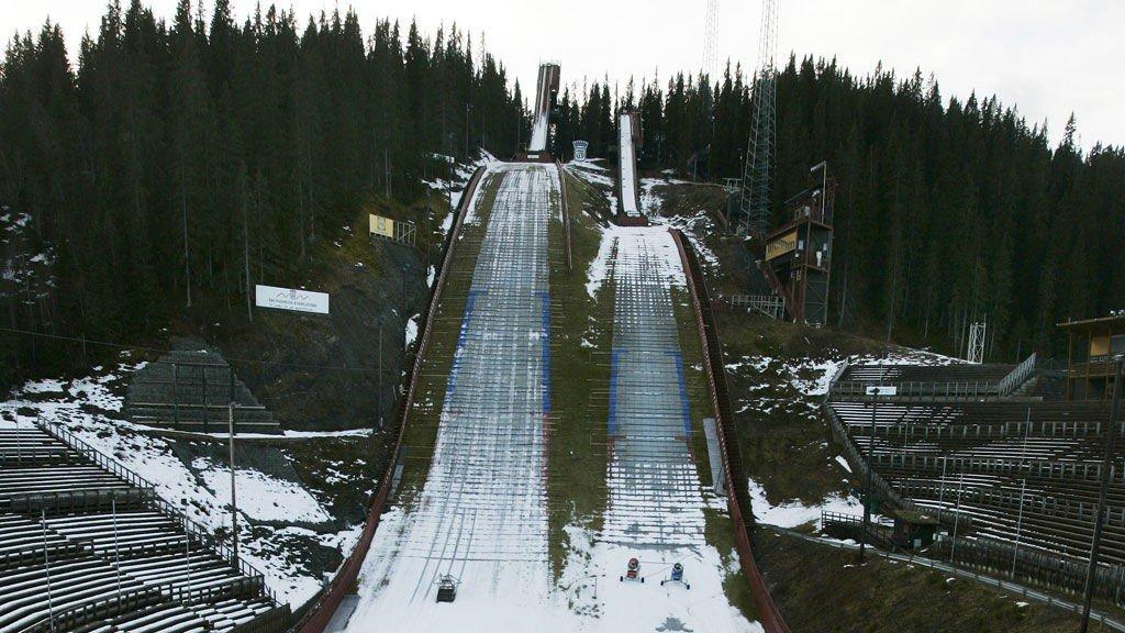 TRONDHEIM 20061129: Det er ikke mye som tyder på at det snart er desember, og at det skulle vært arrangert verdenscuprenn i Granåsen til helgen. Snømangel i Granåsen.