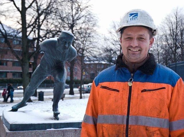 Verdensmester på skøyter Oscar Mathiesen bak og en blid asfaltør Oscar Mathiesen foran. FOTO: HELGE DIESET