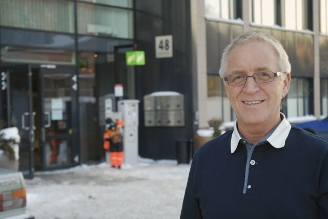 Bydelsdirektør Thor-Even Strømme ønsker velkommen til det nye bydelshuset. I bakgrunnen hovedinngangen. Foto: Vidar Bakken