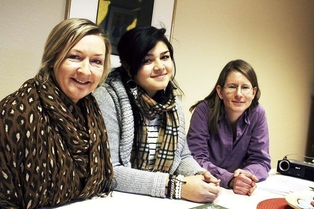Rektor Anne Myrhvold får god tilbakemeding fra elever og nyansatte. F.v.: Anne Myhrvold, Samina Nosha og Hanna Choat.