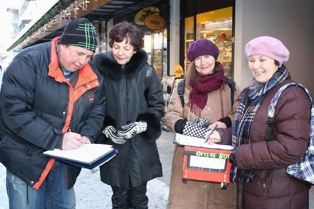 Lørdag formiddag hadde Eva Pettersen og Tone Hermansen ( i midten) ingen problemer med å få Tor Andersen og Anita Taraldsen til å skrive under på innbyggerinitiativet for flere bussavganger fra Holmlia til sentrum. Foto: Aina Moberg