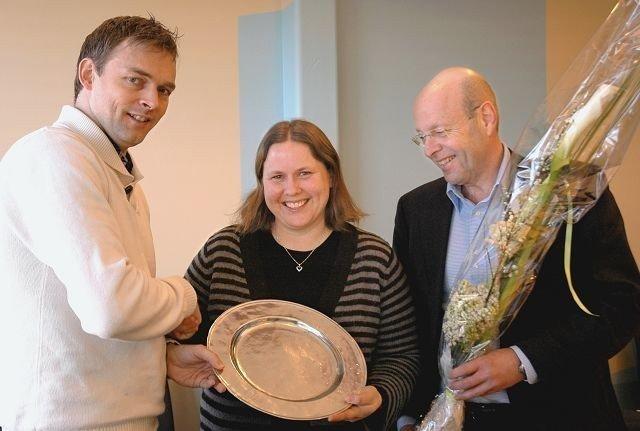 Rannveig Berge vant prisen for 2008. Her sammen med redaktør Fredrik Eckhoff og Avantor-sjef Christian Joys.