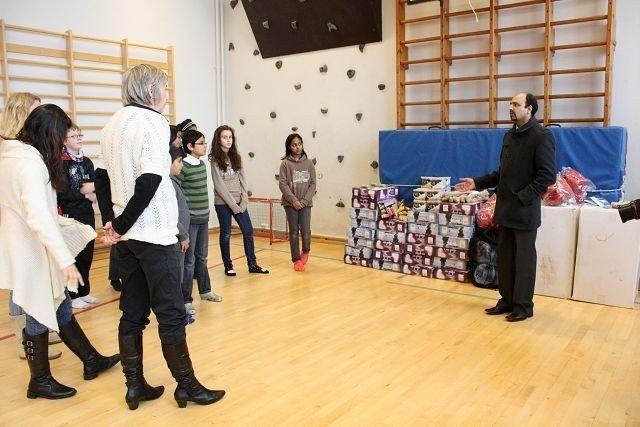 Zahoor Farid viser elevene hva de har fått.