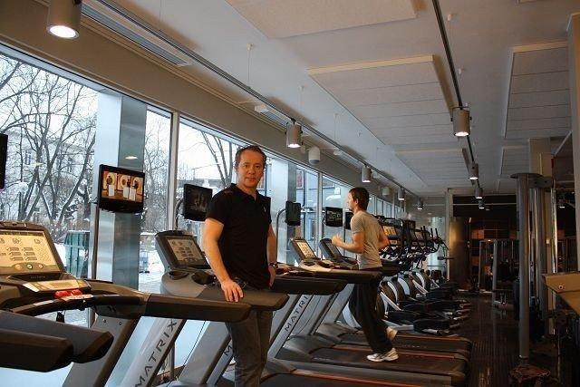 Salgsdirektør i EVO Kim Jordsjø tester tredemølla. FOTO: HELLE KØBER