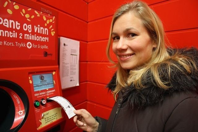 Ane Sunde panter flasker på Rimi Bislett. Pengene gikk til Røde Kors denne gangen.