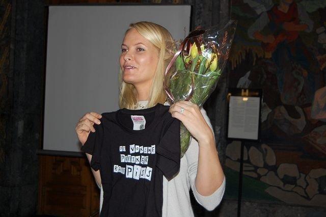 Kronprinsesse Mette Marit mottok blomster og en t-skjorte med en kalr beskjed til de voksne. FOTO: Anita Bakk Henriksen