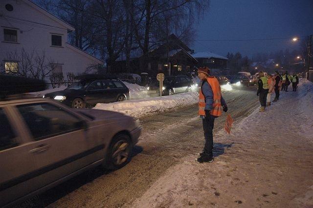 Skolepatruljen har en stri tørn i morgentimene på Tåsen. Mange hundre elever krysser Nordbergveien. Foto: Karl Andreas Kjelstrup