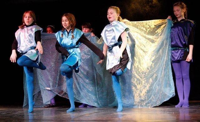 Fargerike kostymer og fantastisk dans i Kulturhuset Påbanen.