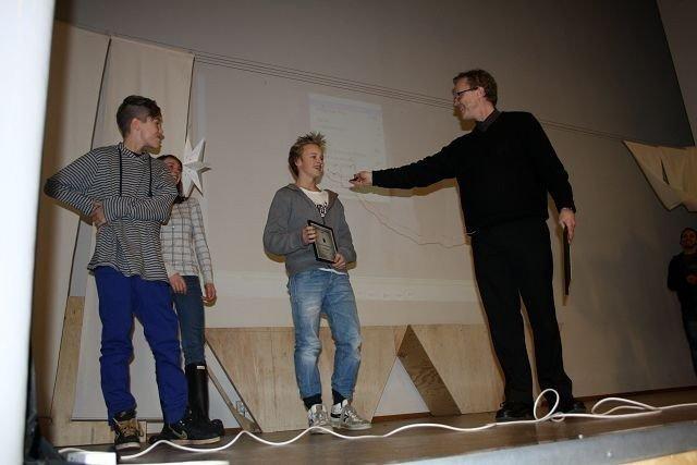 Prisvinnere: Her mottar Jakob landvik, Scott Brekke og Astrid brakstad prisen for sin musikkvideo. Foto: Åse Sandmo