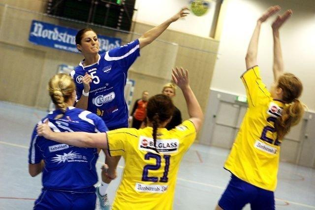 Nerma Pandza scoret åtte mål i lokaloppgjøret. Her skyter hun over BSKs Ingrid Loftheim (venstre) og Kristine Breistøl.