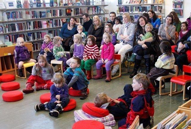 Som alltid samler forestillingen på biblioteket mange selv midt i handletiden på en lørdag.