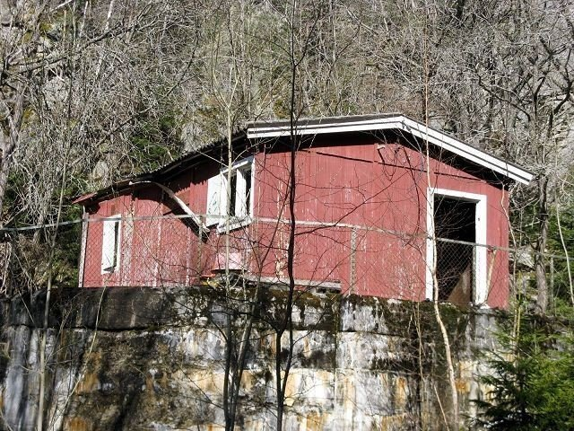 Restene av det lille røde huset, som ble påtent for noen år siden, er ikke noe pent syn i følge Tore Smith.Begge foto: Privat