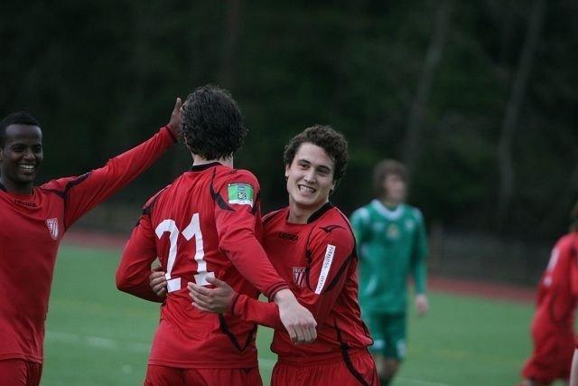 Jaaaa!: Nahom Debesay (venstre), Johnny Nerbø og Jan Eric Torres Gløpstad jubler for tre poeng mot MS.