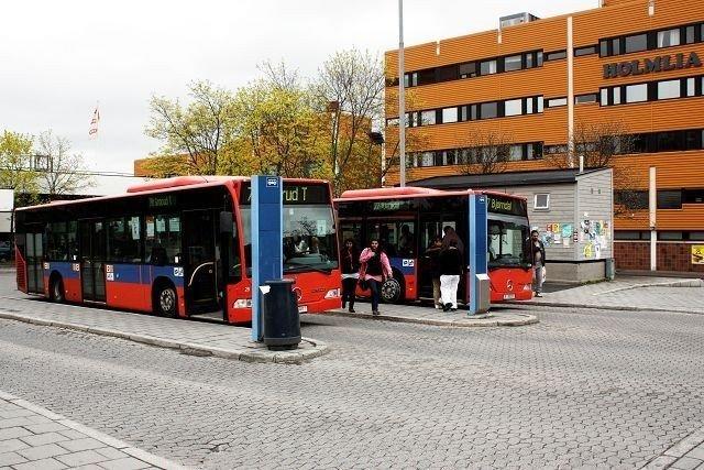 Det går mange busser i Søndre Nordstrand, men ingen som binder hele bydelen sammen. Nå vil bydelsutvalget be Ruter om å vurdere en ringbuss.