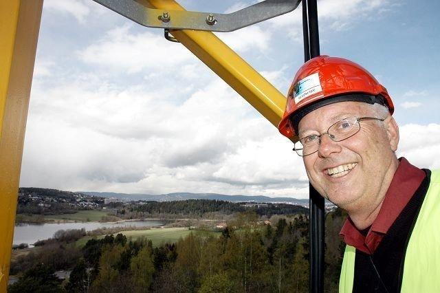 Dag Auli kom et langt steg nærmere himmelen, da han klatret opp i byggekrana på kirketomten. Utsikten var formidabel! Alle foto: Nina Schyberg Olsen