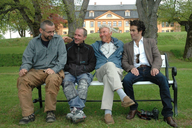 Det ble et sterkt møte på benken for John-Kr.Sandberg (tredjemann fra venstre). Han vil aldri glemme sine redningsmenn. Fra venstre: Einar Wilhelm Løkken, Jens Ove Nilsen og Jørgen Leirdal.
