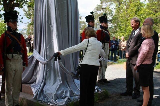 Dronning Sonja avduker monumentet som er restaurert av blant annet Statsbygg. ALLE FOTO: JULIE MESSEL