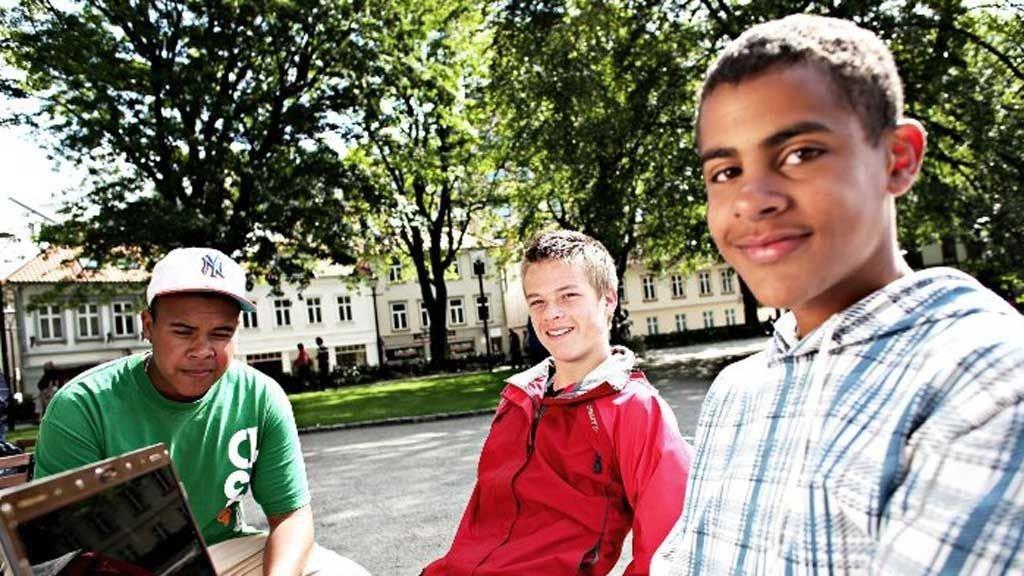 Ungguttene Bjørn Storholm, Odin Olesen og Kåre Vedvik ble intervjuet av Rogalands Avis under sommerjobben i Byparken i fjor sommer. 1. mai i år hadde Kåre fortsatt ikke fått hele lønnen han hadde krav på fra kommunen. ? Det var ikke kjekt å være 15 år og måtte mase på voksne i kommunen om å få lønnen, sier Kåre.