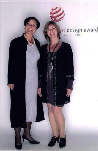 Gry og Eva fotografert under utdelingen av Red dot design award.