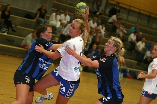Maria Homme spilte bra på streken til NIF. Her sklir hun forbi Stabæks Christina Solheim Andersen (venstre) og Linda Guttormsen (høyre) og scorer ett av sine fire mål.