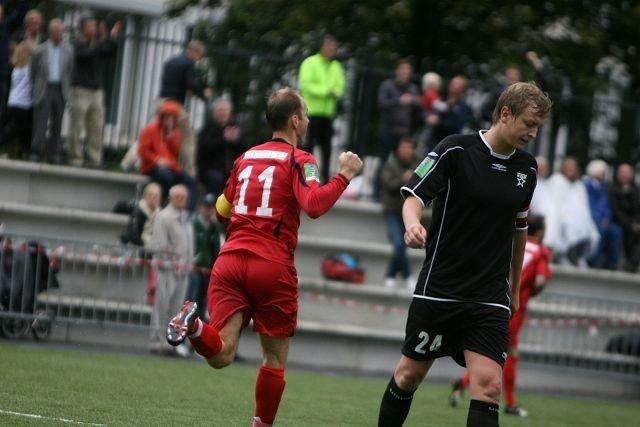Friggs Kenneth Torvik Tønne jubler for 5-2 scoringen sin, mens MS´ kaptein Martin Vethe kan styre sin begeistring.