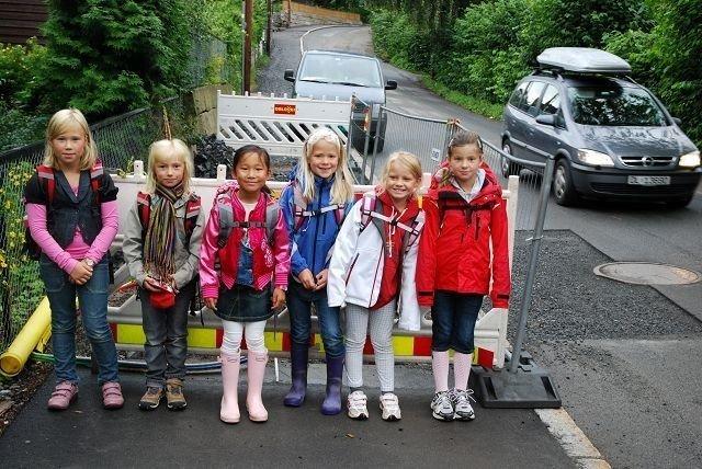 Disse elevene ved Bestum skole er klar til å bevege seg ut i veibanen ved det første av i alt fem punkter på skoleveien. Fra venstre Thale (9), Hennie (7), Julia (6), Margrethe (7), Nora (7) og Selma (7).