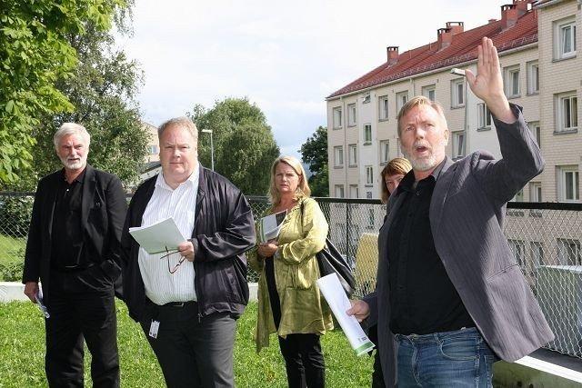 Prosjektleder i Bydel Bjerkes områdeløft Lars Grasmo (til høyre) orienterte byråd Bård Folke Fredriksen og kommunens toppledere om utfordringene på Sletteløkka under rundturen fredag ettermiddag.