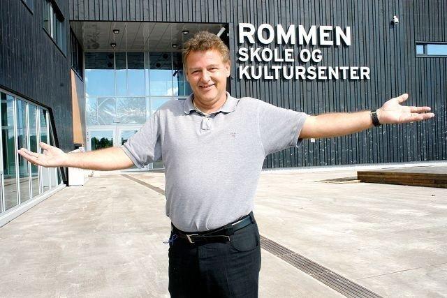 Trond B. Karlsen har mange år som rektor på baken. Nå har han satt seg i lederstolen på Rommen skole. Og her trives han.