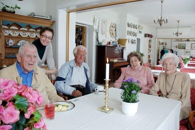 Kjell Tollef, Odd Smith, Reidun Landberg og Margrethe Holm er fornøyd med Lita Peipinas innsats som ny daglig leder på vestre Aker Eldresenter.