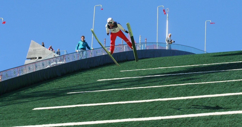 Her hopper Bjørn Einar Romøren 106,5 meter i finaleomgangen og til seier i søndagens hopprenn.
