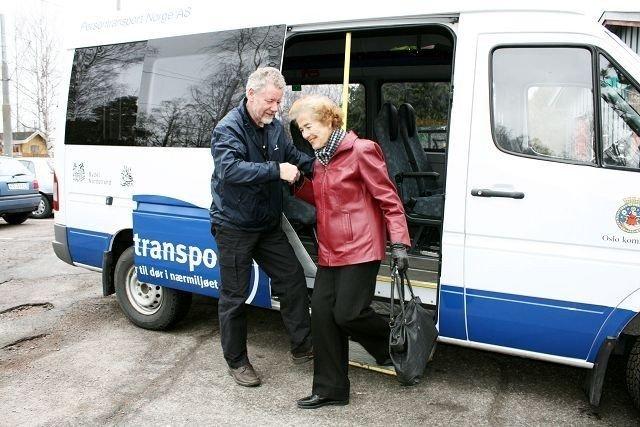 Sonni Jørnholt fra Ljan var Bydel Nordstrands første bruker av Flexitransport da tilbudet ble tatt i bruk i april i år. Her hjelpes hun ut av bilen av sjåfør Odd B. Gabrielsen ved Nordstrand seniorsenter.