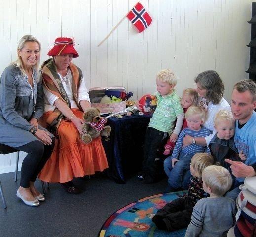 Gry Roestad (til venstre) leder den populære sangstunden sammen med Inger-Lise Arnly.