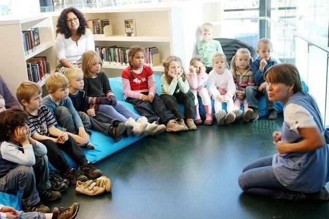 Kristine Hauglend fra Fabelakt holdt fortellerstund for barna i Knausen barnehage på åpningsdagen. ALLE FOTO: Kaja Stabursvik