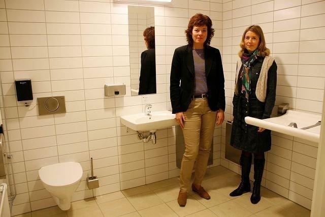 (F.v.) Synnøve Sterri, eiendomssjef i Obos forretningsbygg, og senterleder på Lambertseter senter Christina Dal ønsker at toalettene på Lambertseter senter skal være rene og innbydende til enhver tid. – Vi vet hvor viktig det er, sier Sterri.