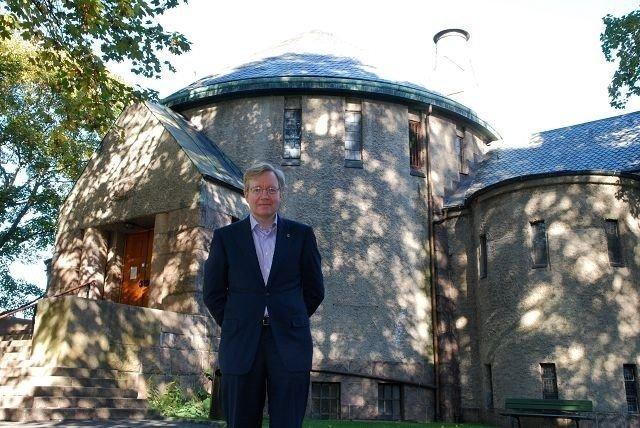Byråd Torger Ødegaard står utenfor riktig kapell, men arkitekten er Oscar Hoff og ikke HC. Dahl.