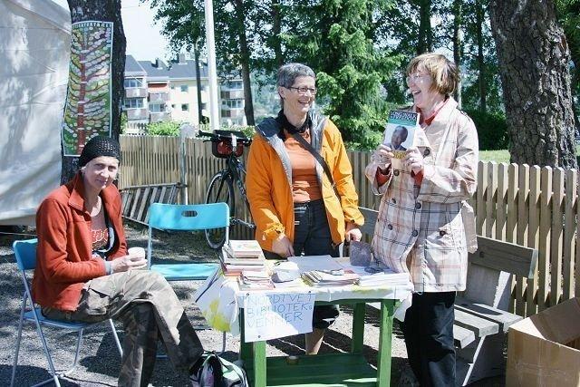 Til venstre på bildet, Nordtvedt biblioteks venner, Kari Bjørklund.