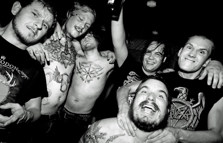 Bandet Kvelertak og regissør Fredrik S. Hana sparer ikke på blodet og volden i videoen «Mjød».