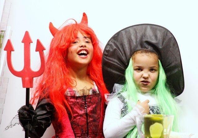 Lea og Celina klare for Halloweenfeiringa. Kamskje av de mer godslige skrømta på Romsås.